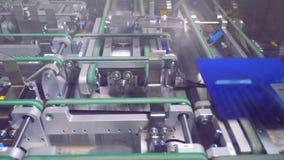 Opinião do close-up ao processo de manufatura de componentes industriais da alto-tecnologia filme