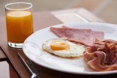 Opinião do close-up do café da manhã delicioso na tabela imagem de stock