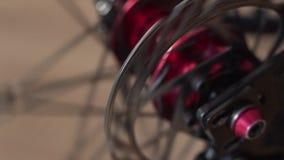 Opinião do close-up do cubo da bicicleta Roda de giro do bmx ou do mtb video estoque