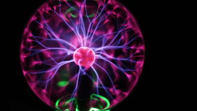 A opinião do close up da bola do plasma com energia movente irradia para dentro no fundo preto vídeos de arquivo