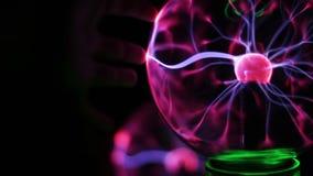 A opinião do close up da bola do plasma com energia movente irradia para dentro no fundo preto filme