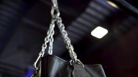 Opinião do close-up da corrente de prata e do saco de perfuração preto de balanço, ação, conceito do esporte Corrente de balanço  imagens de stock royalty free