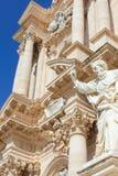 Opinião do close up da fachada dianteira da catedral impressionante de Siracusa no quadrado de Piazza Duomo na ilha de Ortygia, S fotos de stock royalty free