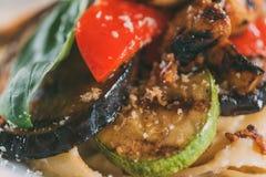 opinião do close-up da massa saboroso do vegetariano com grelhado imagem de stock