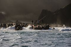 Opinião do close-up das rochas e das ondas em Saturraran fotografia de stock