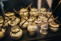 opinião do close-up das tubulações vietnamianas cerâmicas tradicionais antigas no tabletop, Hoi fotos de stock