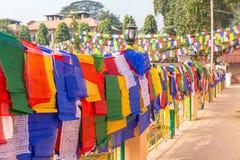 Opinião do close-up de bandeiras da oração em Bodhgaya, Bihar, Índia imagens de stock royalty free