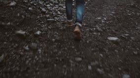 Opinião do close-up de botas vestindo do pé masculino Homem ansioso que corre longe de alguém video estoque