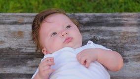 Opinião do close-up de cima de um retrato de uma menina de seis meses bonita pequena vídeos de arquivo