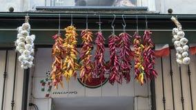 Opinião do close up de pimentas secadas para a venda em uma loja exterior pequena em uma rua estreita em Sorrento, Itália Imagens de Stock Royalty Free