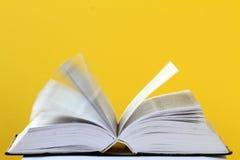 Opinião do close up de um livro aberto fotos de stock royalty free
