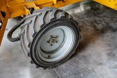 Opinião do close-up de um pneu de borracha em um caminhão Máquinas da construção imagens de stock