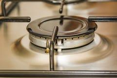Opinião do close-up de um queimador do fogão em uma cozinha do metal fotos de stock