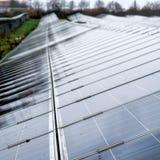 Opinião do close-up de uma planta de energias solares para a produção de eletricidade da imagens de stock