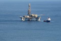 Opinião do close up de uma plataforma petrolífera no mar Imagens de Stock