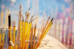 Opini?o do close up de varas ardentes e fumando do incenso no Po budista Lin Monastery em Hong Kong perto de Tian Tan Buddha gran fotografia de stock