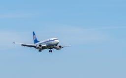 Opinião do close-up do avião de passageiros de Boeing no céu Fotos de Stock