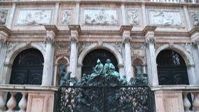 Opinião do close up do baixo ângulo da torre de sino em San Marco Square em Veneza video estoque