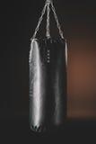 Opinião do close-up do saco de perfuração preto que pendura na escuridão Imagem de Stock