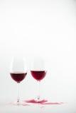Opinião do close-up dos copos de vinho com o vinho tinto e o vinho derramados Imagens de Stock Royalty Free