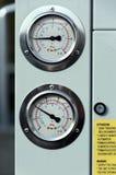 Opinião do close-up dos manômetros da pressão de alta pressão e baixa colocados no corpo industrial cinzento da unidade refrigera imagens de stock royalty free