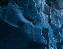 Opinião do close-up em uma caverna do gelo azul da geleira fotografia de stock