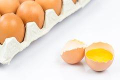 A opinião do close-up a galinha crua eggs na caixa de ovo no fundo de madeira branco fotos de stock royalty free
