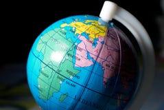 Opinião do close up do globo do brinquedo no fundo escuro fotos de stock