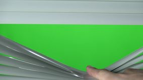 Opinião do close up do jalousie aberto do dedo humano Tela verde vídeos de arquivo
