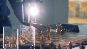 Opinião do close-up do jogo entre o jogador de xadrez e o robô