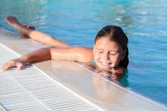 Opinião do close up a menina bonita lindo bonita que relaxa e que nada na associação com água natural do oceano fotografia de stock royalty free