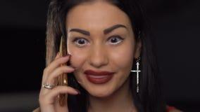 Opinião do close-up a mulher emocional que fala através do telefone celular e da gritaria no interlocutor filme