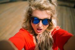 Opinião do close-up a mulher sensual nova no vestido vermelho brilhante imagens de stock