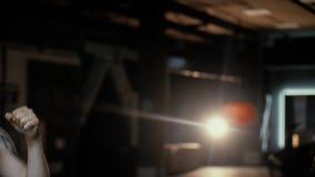 Opinião do close up o homem do ajuste um clube de aptidão com as luvas de um saco e de encaixotamento e a preparação para o trein filme