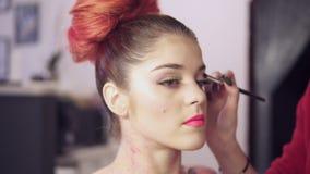 A opinião do close up o maquilhador faz modelos eye a composição com pestanas falsas Conceito da beleza filme