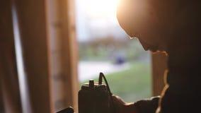 Opinião do close-up os homens que trabalham com serra de vaivém elétrica e a prancha de madeira r filme
