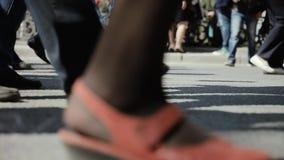 Opinião do close up os povos dos pés humanos que andam na rua aglomerada P?s dos povos da multid?o que andam na rua vídeos de arquivo