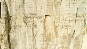 Opinião do close-up do penhasco branco do relevo com reflexão do pássaro de voo na inclinação tiro Penhasco majestoso da montanha video estoque