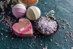 opinião do close-up do sal roxo do mar e do sabão feito a mão imagem de stock