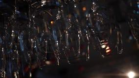 Opinião do close-up do vinho e de vidros de cocktail limpos e lustrados para pendurar sobre o contador da barra Quadro decora??o video estoque
