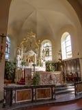 Opinião do coro com um altar alto do dossel na igreja de St Stephen no burg-Reuland, Bélgica foto de stock royalty free