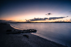 Opinião do crepúsculo da costa de Auckland fotos de stock royalty free