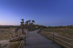 Opinião do crepúsculo na passagem à praia de Salgados em Albufeira, o Algarve Fotografia de Stock