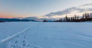Opinião do cume da montanha do inverno da noite através do para-brisa do carro imagem de stock royalty free