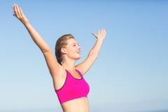 A opinião do desgaste a mulher bonita do ajuste que cheering com braços aumenta fotografia de stock royalty free