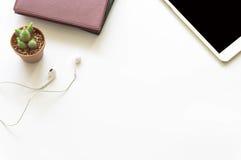 Opinião do desktop do escritório com smartphones fotos de stock royalty free