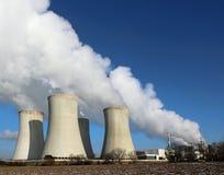 Detalhe de torres refrigerando do central eléctrica atômico Imagem de Stock