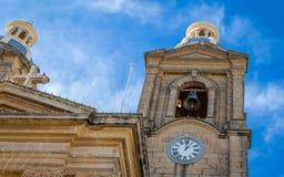 Opinião do detalhe na igreja paroquial de St Mary em Dingli Capela cristã velha, histórica e autêntica com pares e a torre azuis  fotos de stock