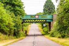 Opinião do dia da estrada BRITÂNICA da estrada sob a ponte railway Foto de Stock Royalty Free