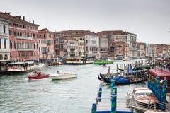 Opinião do dia do canal em Veneza, em construções e em barcos da ponte de Rialto Fotos de Stock Royalty Free